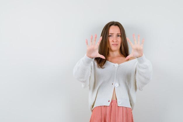 Ritratto di giovane femmina che mostra gesto di arresto isolato