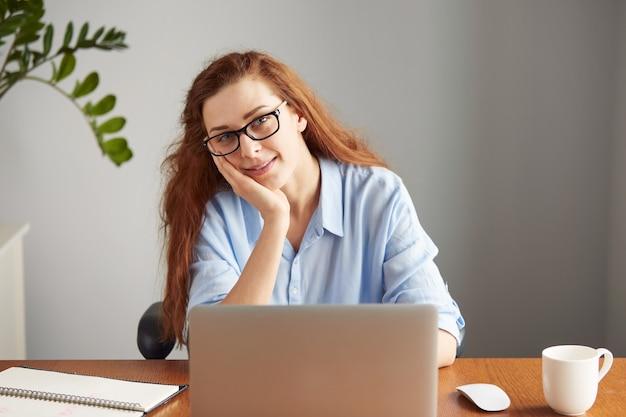 Ritratto di giovane scrittore femminile con gli occhiali
