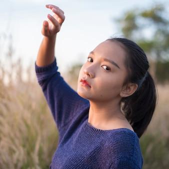 Портрет молодой девушки на полевом газе