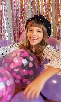 풍선 파티에서 세로 어린 소녀