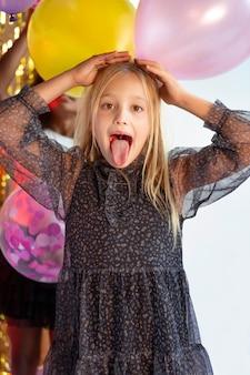 파티에서 세로 어린 소녀