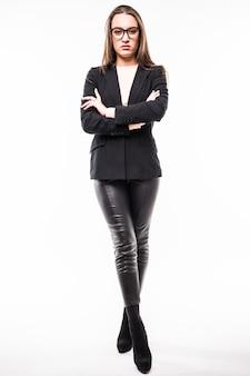 Ritratto di giovane ragazza in abito nero business e bicchieri isolati su bianco