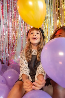 Ragazza del ritratto alla festa con palloncini