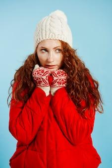 Ritratto di giovane ragazza tremante di freddo