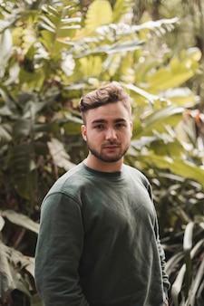 Ritratto di un giovane uomo caucasico bello in un parco
