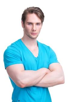 Ritratto di giovane uomo bello in una camicia blu braccia incrociate - isolato su bianco.