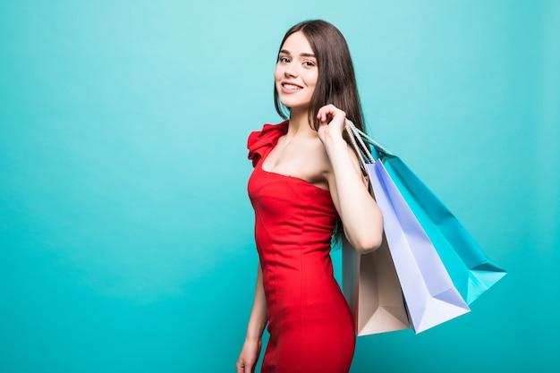 Ritratto di giovane donna sorridente felice con i sacchetti della spesa isolati