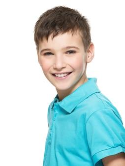 Ritratto di giovane ragazzo adolescente felice che guarda l'obbiettivo.
