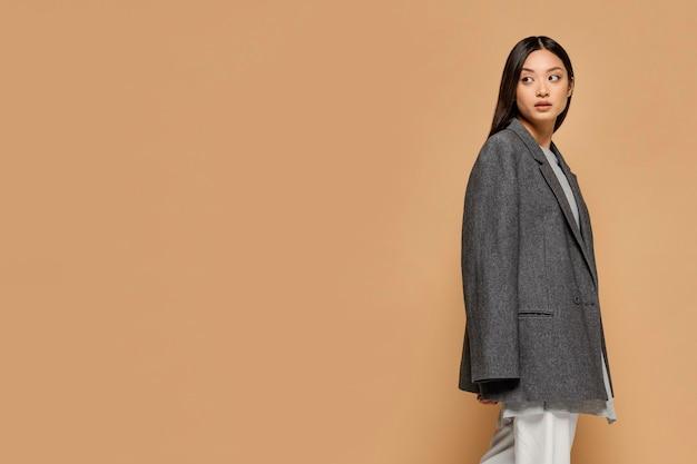 Портрет молодой японской женщины копией пространства