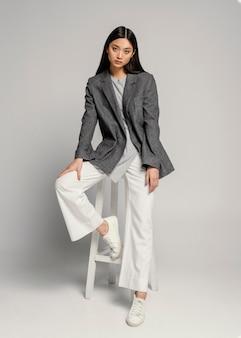 Портрет молодой японской женщины с курткой