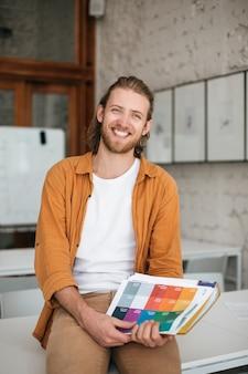 Портрет молодого учителя-мужчины в классе