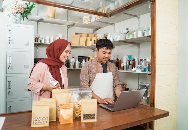 肖像画の若い男性とイスラム教徒の女性が製品の販売に注意