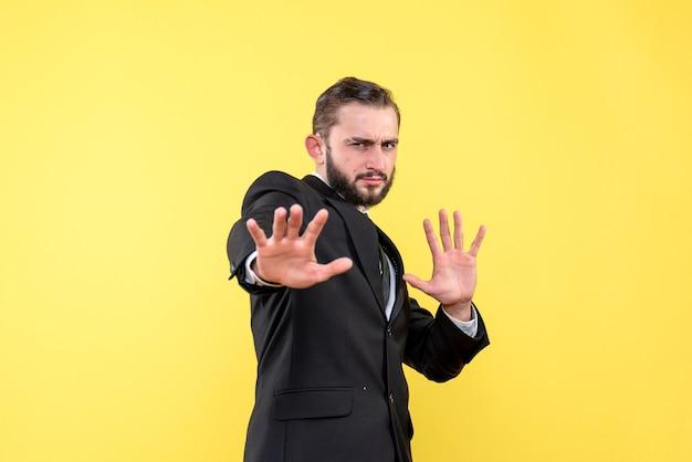 Ritratto di giovane uomo mani aperte nell'espressione questionng