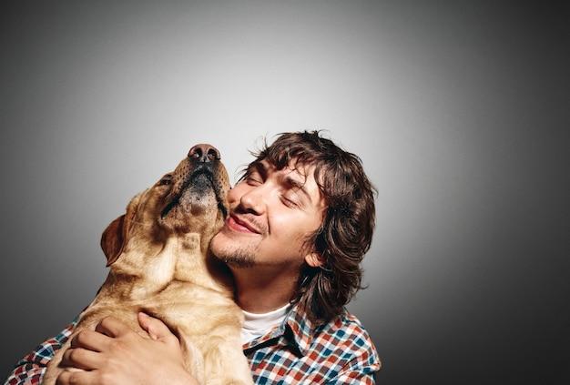 Ritratto di giovane uomo e il suo simpatico cane