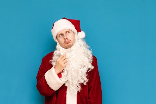 サンタクロースのスーツの肖像画の若い男