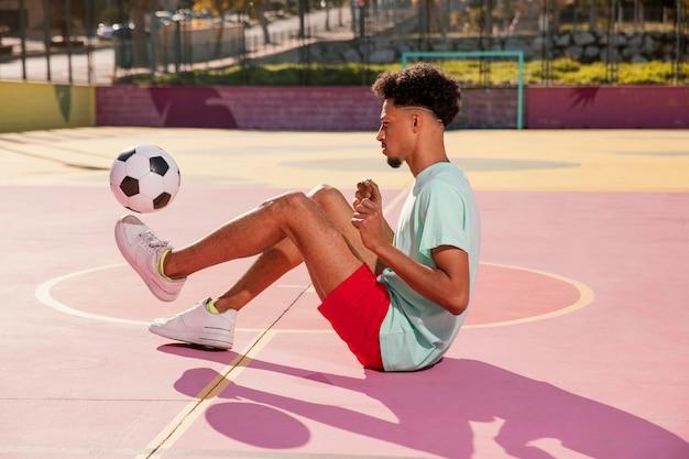 세로 젊은 남자 발 축구