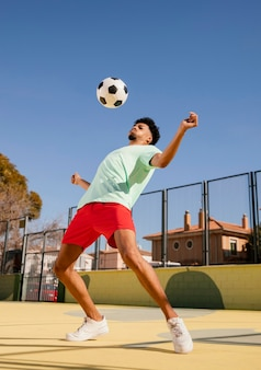 Портрет молодого человека, играющего в футбол