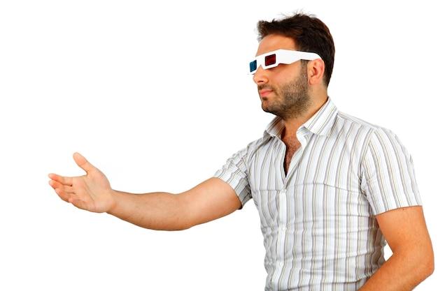 Ritratto di un giovane uomo che indossa occhiali 3d