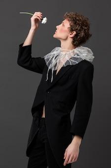 Портрет молодого человека с макияжем и стильной одеждой