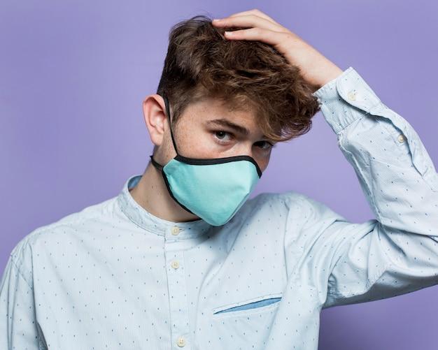 마스크를 쓰고 세로 젊은 남자