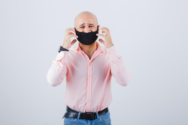 Ritratto di giovane uomo che indossa una maschera protettiva