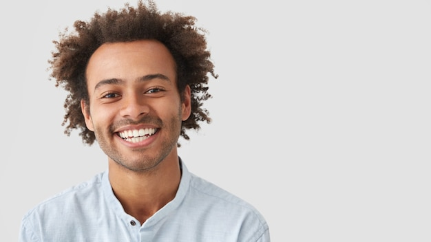 Ritratto di giovane uomo con i capelli ricci che indossa la camicia