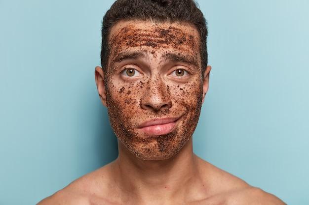 Ritratto di giovane uomo con maschera facciale