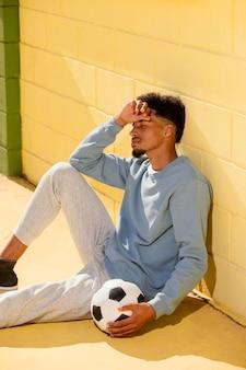 Портрет молодого человека с футбольным мячом