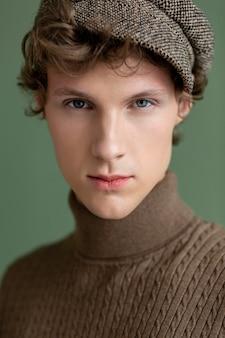 帽子と肖像画の若い男