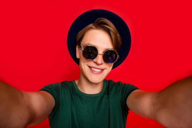 Портрет молодого человека в шляпе