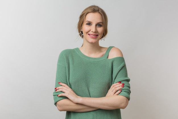 Ritratto di giovane donna bella sorridente naturale isolata su sfondo bianco, vestito elegante, posa sicura, stile elegante, tendenza moda primavera, espressione faccia felice, maglione lavorato a maglia verde