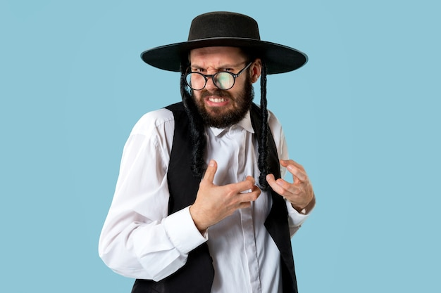 Ritratto di un giovane ebreo ortodosso durante il festival purim. vacanza, celebrazione, ebraismo, concetto di religione. emozioni umane