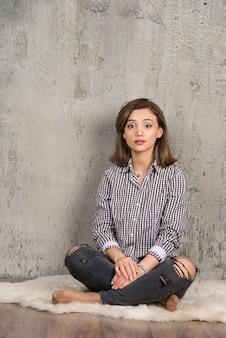 Ritratto di una giovane ragazza carina in posa di camicia a quadri