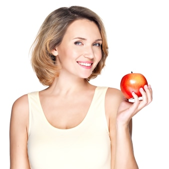 Ritratto di una giovane donna in buona salute sorridente con mela rossa - isolata on white.