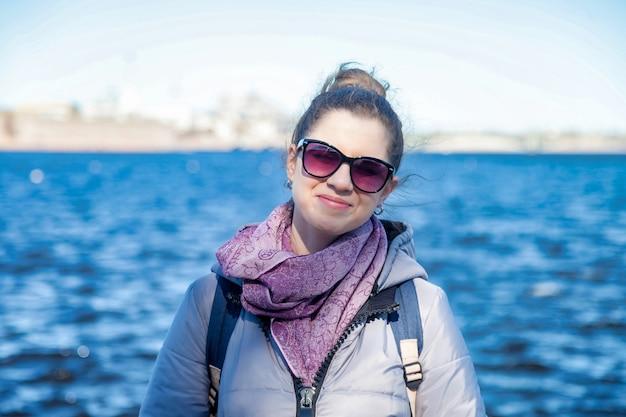 세로 젊은 관광 여성, 걷고 상트페테르부르크의 명소를 즐깁니다. 놀라운 여행과 잊을 수 없는 모험의 개념. 복사 공간
