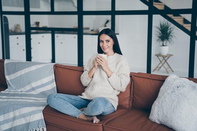 Портрет молодой женщины дома