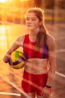Портрет молодой женщины-спортсмена с ампутированной рукой и ожогами на ее теле.