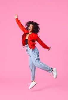 Портрет молодой женщины прыгает