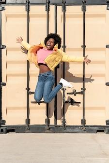 ジャンプの肖像画の若い女性