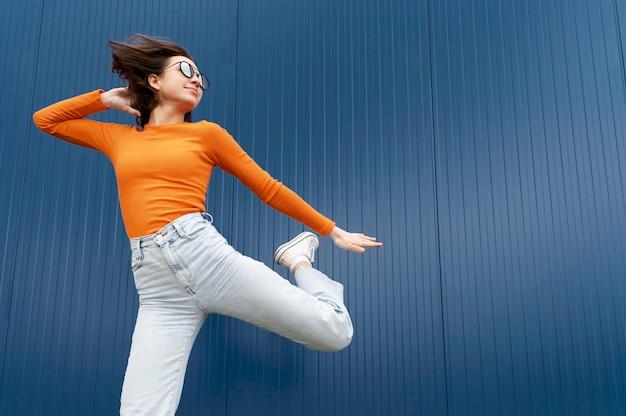Salto della giovane donna del ritratto