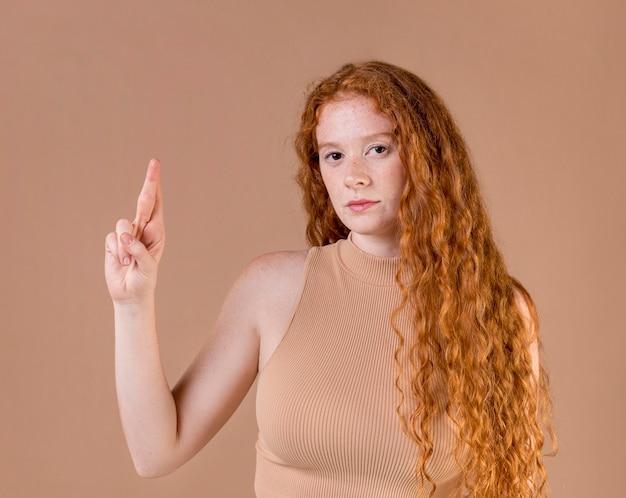 Ritratto di una giovane donna che insegna la lingua dei segni