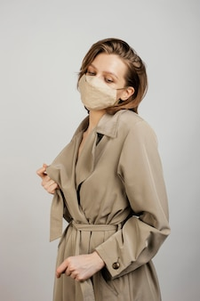 マスクを身に着けている肖像画の若い女性