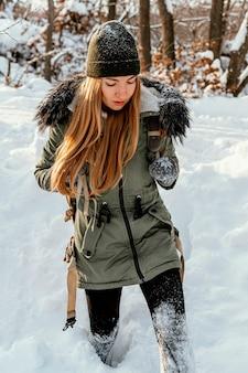 Giovane donna del ritratto sulla giornata invernale