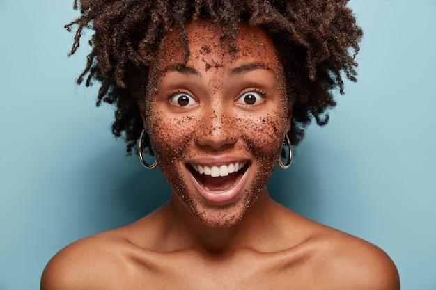 Ritratto di giovane donna con taglio di capelli afro e maschera per il viso
