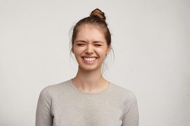 Ritratto di giovane donna con i capelli in un panino