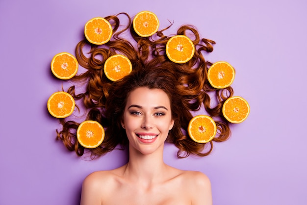 Портрет молодой женщины с апельсинами в волосах