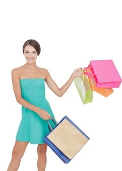 ショッピングバッグを持つ肖像画の若い女性