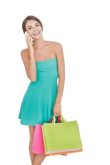 쇼핑백과 세로 젊은 여자