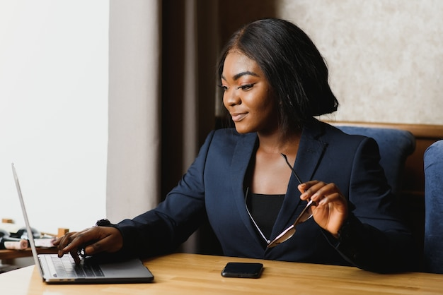 Портрет афро-американской деловой женщины.