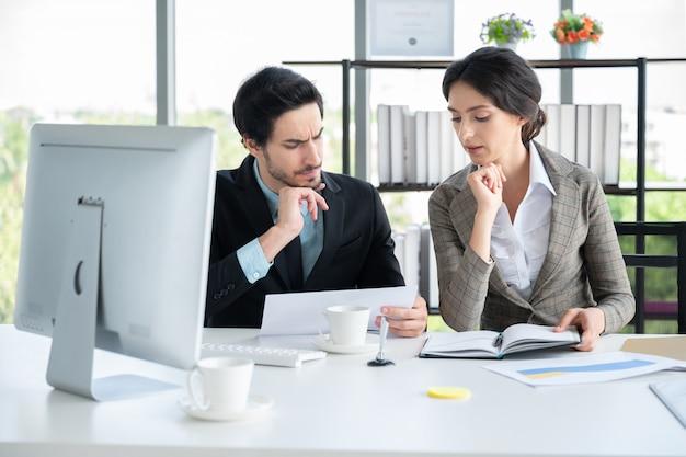 비즈니스 사무실에서 일하는 bussiness 남자와 여자의 초상화